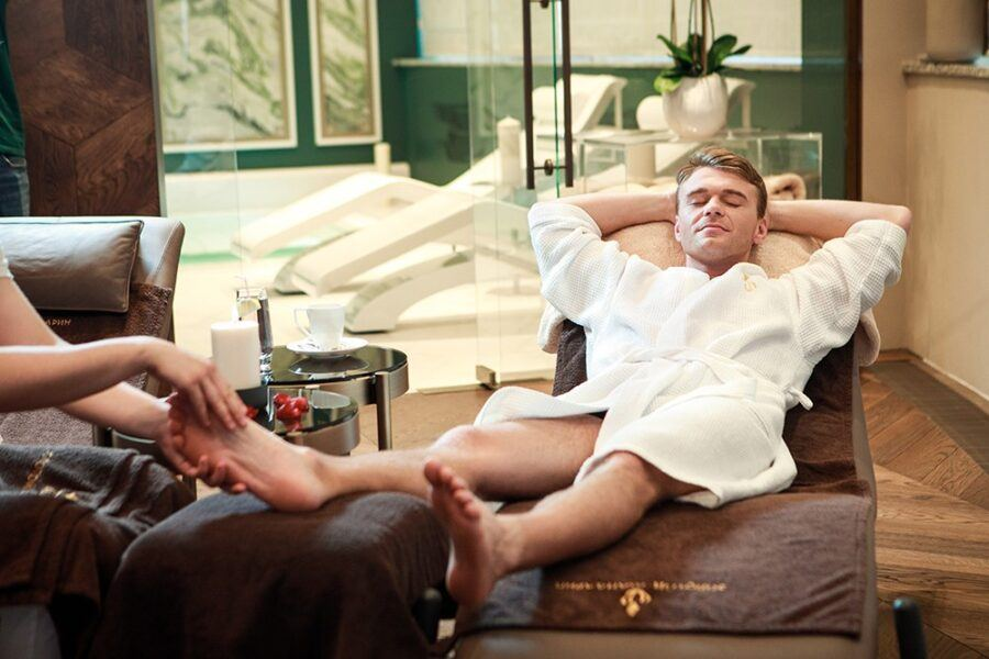 Зрелый женщина приглашает мужчину на массаж у себя дома не салон мос